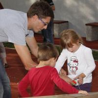 Tudi najmlajši so zvedavo poslušali navodila. slika
